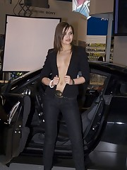 Babe's upblouse gets spied when she poses near the car