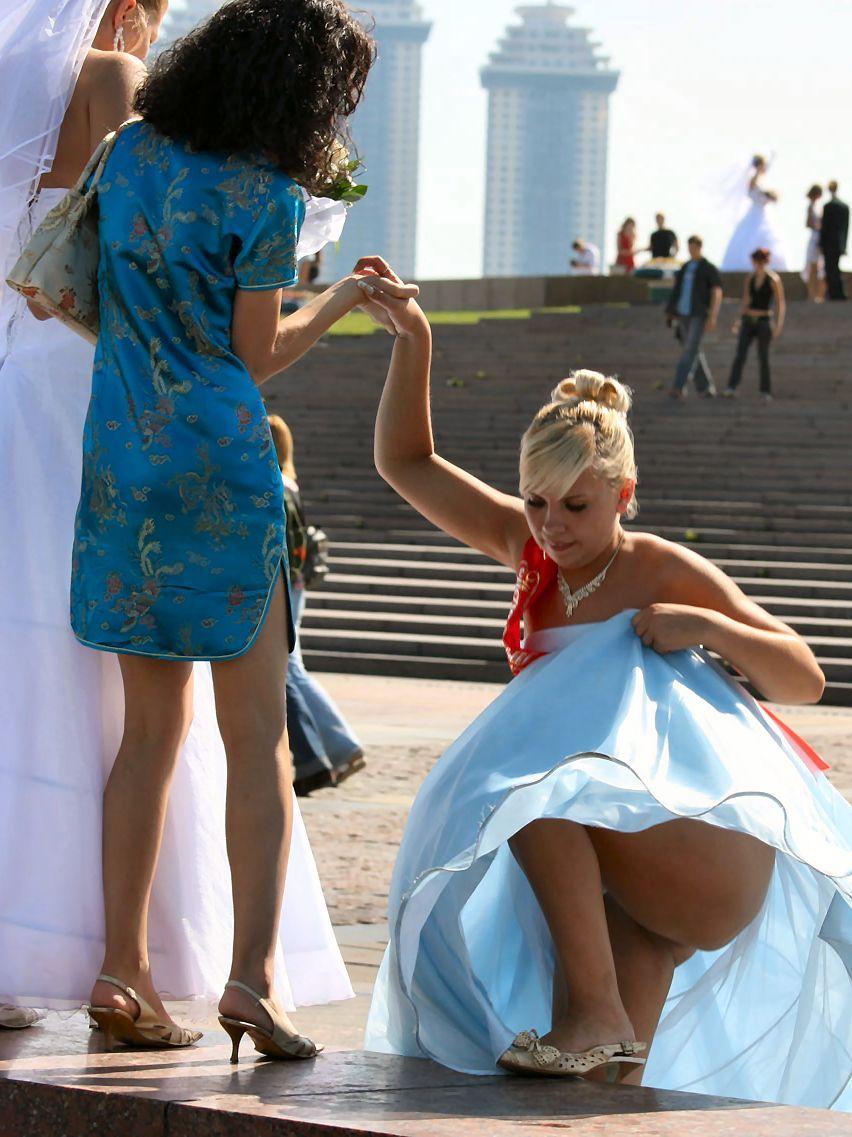 Что под юбками у невест смотреть бесплатно 1 фотография