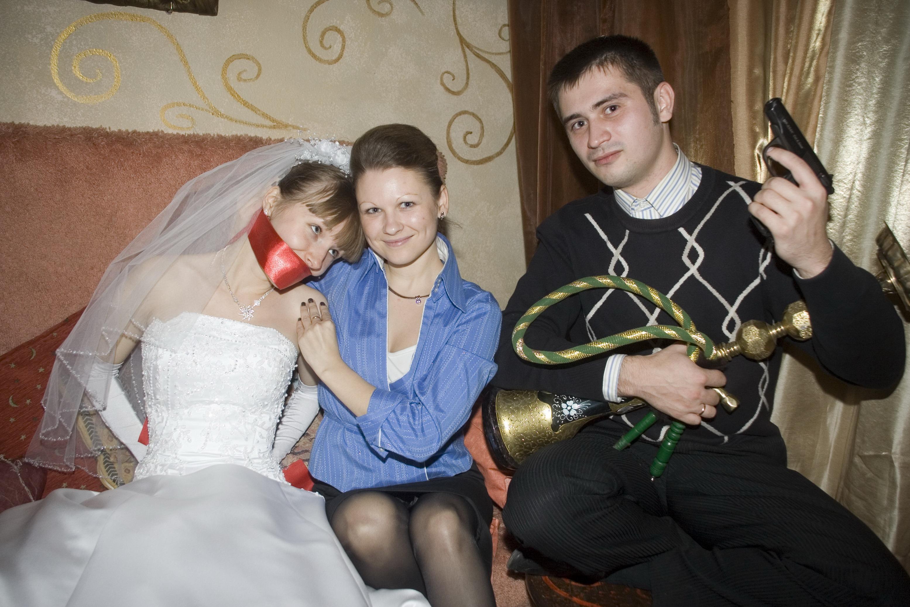 Жениха связали а невесту толпой