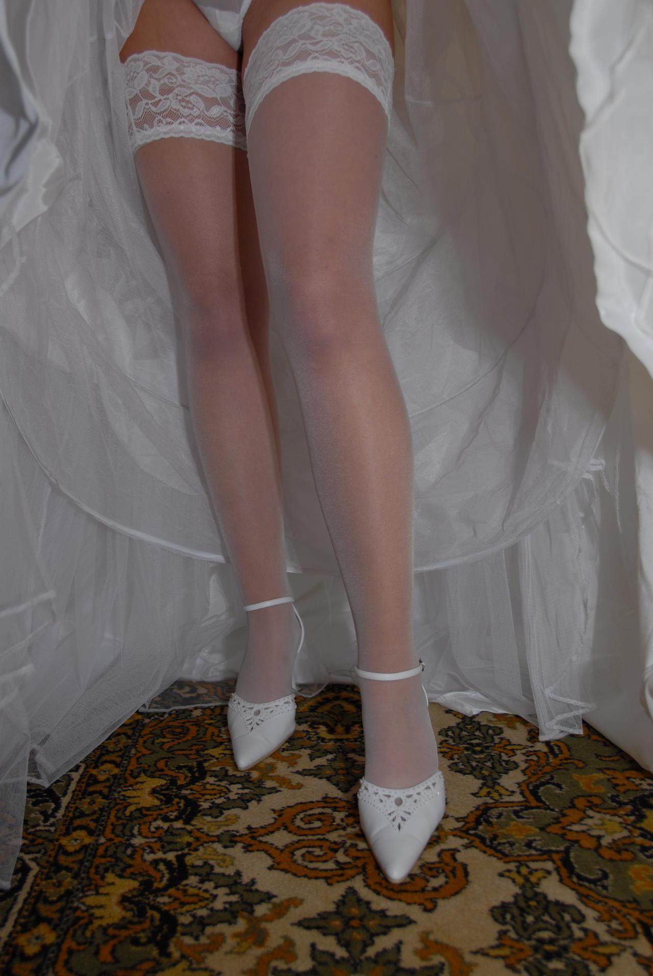 Смотреть фото у невест под юбками 11 фотография